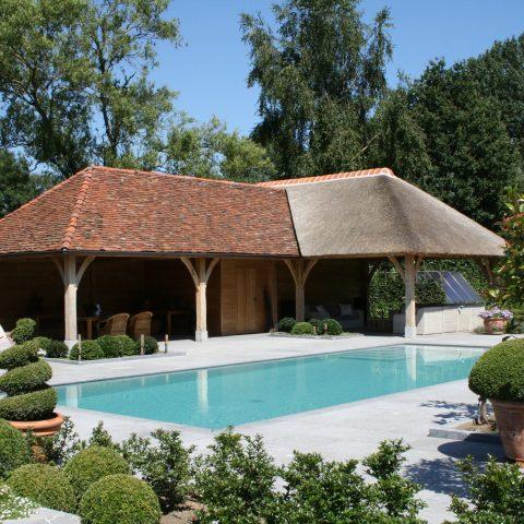Eikenhouten poolhouse met bourgondische leipannen en riet