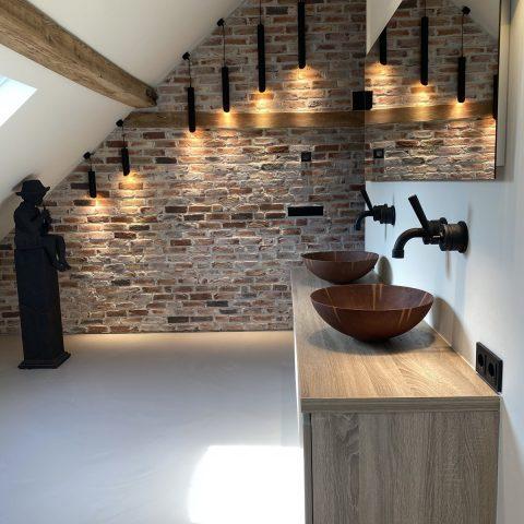 Badkamer met schuin plafond