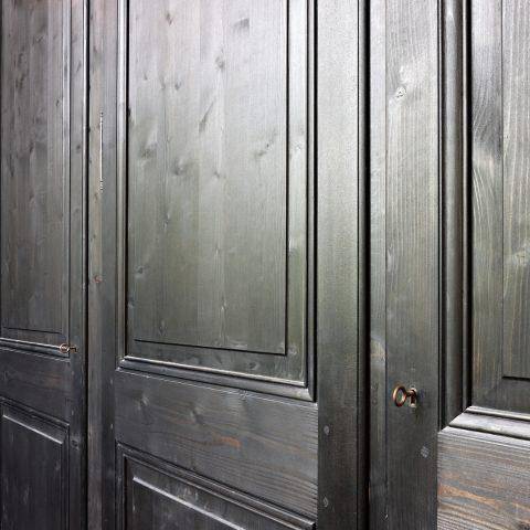 Schilderwerken zwarte deuren en rustieke muren kasteelwoning Antwerpen