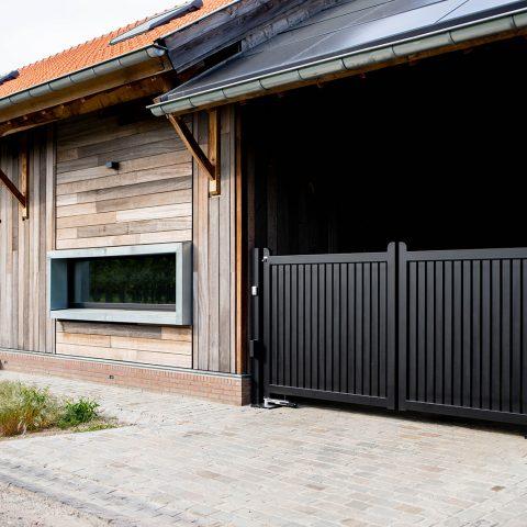 Strakke houtlook poort zwart
