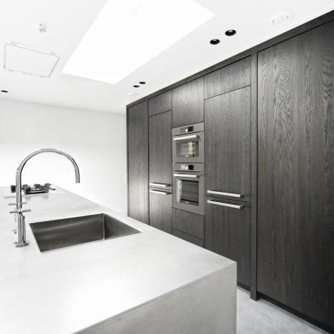 Handgemaakte keuken en interieur: keuken en badkamer in donker eiken