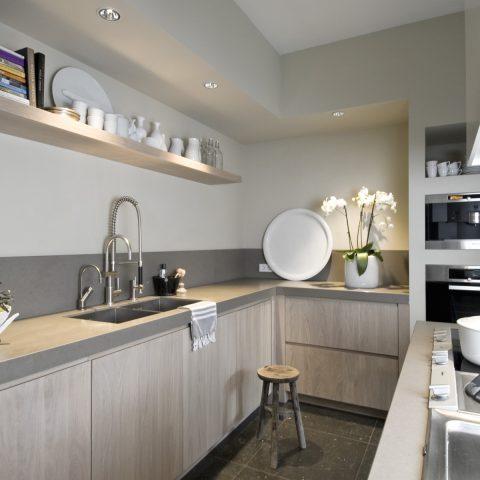 Op maat gemaakte keukens en interieur: keuken en badkamer in licht eiken