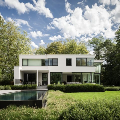 Villa met glasgevel en verbonden leefruimtes in schoten