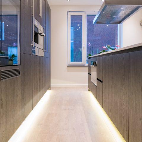 Donkere handgemaakte houten keuken