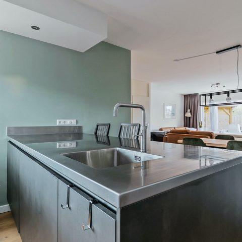 Metaallook keuken met RVS keukenblad