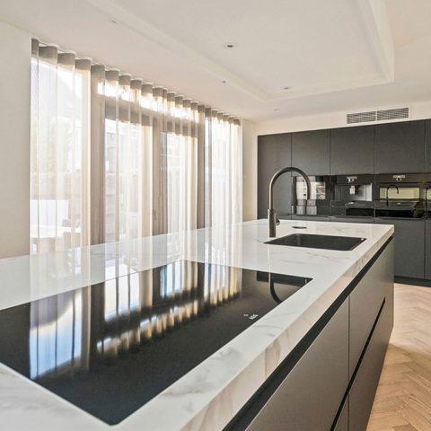 Zwarte keuken met marmer keukenblad