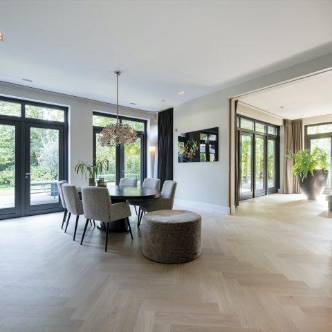 Moderne visgraatvloer in stijlvol interieur