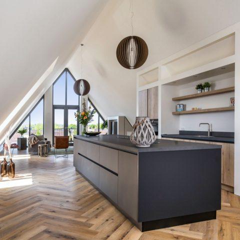 Zwarte houten keuken in penthouse Middelharnis