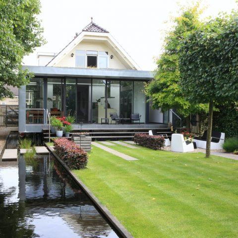 Moderne tuin met veel ruimte