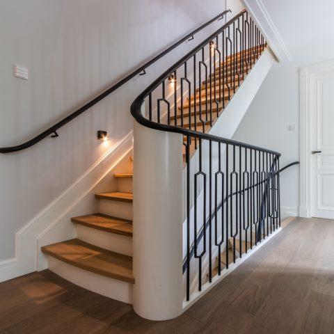 Klassieke trappen met stalen hekwerk