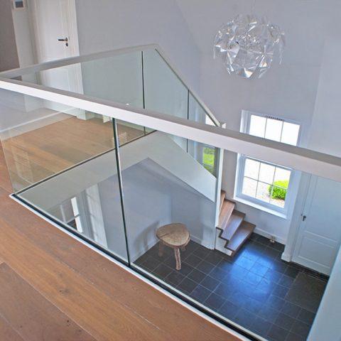 Moderne trap met glas