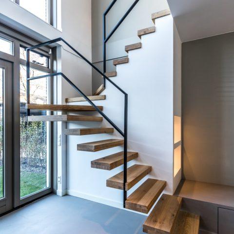 Zwevende houten trap met nis