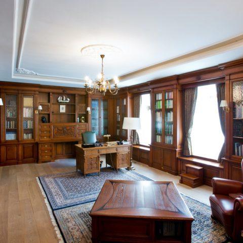 Exclusief kantoor aan huis met klassieke maatwerkkasten