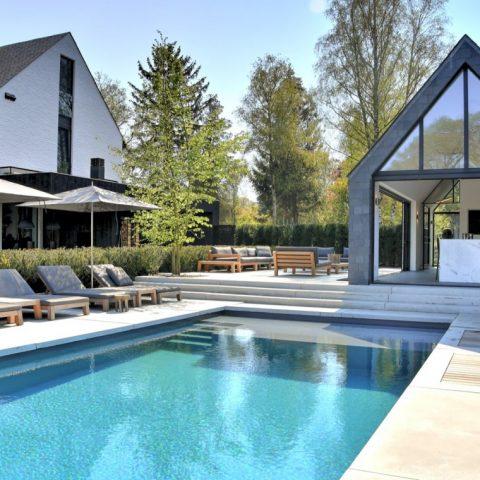 Buitenzwembad en buitendouches Villa Oisterwijk
