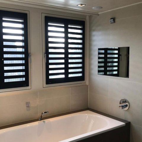 Fractions – Zwart in badkamer