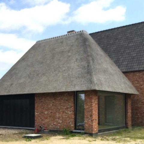 Aanbouw met rieten dak