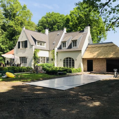Villa met aanbouw met rieten dak
