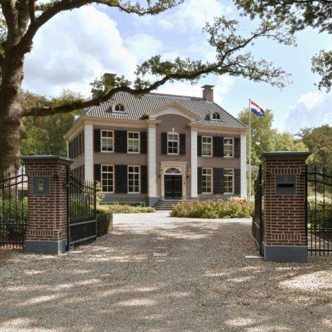 Classicistisch landhuis in Twello met Belgisch hardsteen elementen