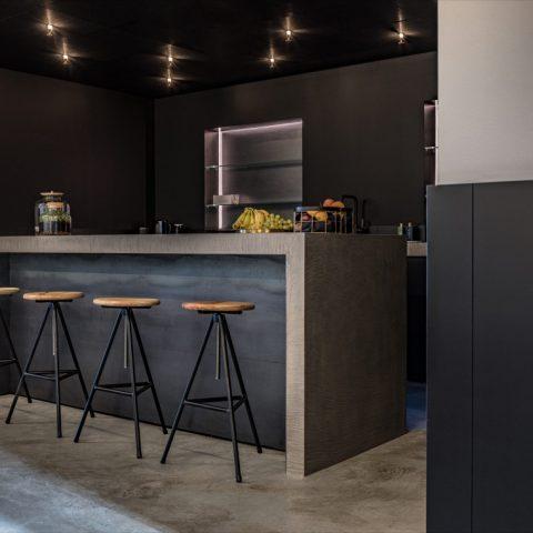 Stijlvolle kantoorindeling met keuken als ideale ontmoetingsplek