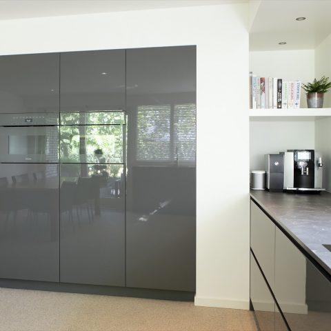 Moderne keuken met hoogglans gespoten fronten