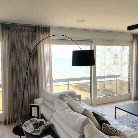 Raamdecoratie appartement aan de kust