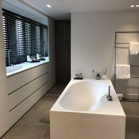 Een bad- en slaapkamer