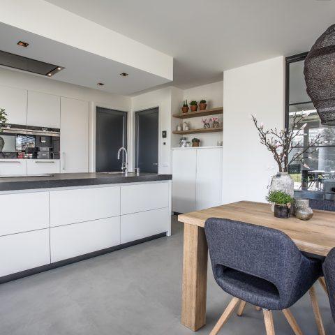 Strak en modern in deze maatwerk keuken