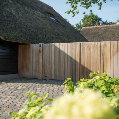 Houten poort bij rietgedekte villa in Biest-Houtacker