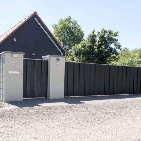 Moderne poort met verticale bekleding in Zeeland