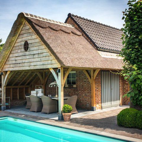 Overdekt terras met rieten dakbedekking