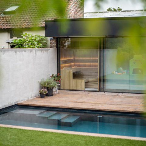 Compacte sauna in luxe tuin