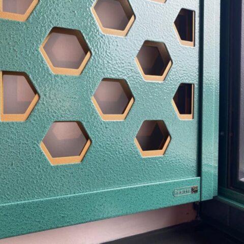 Kinderkamer Detail Hexagon in de kleur Moroccan green structured